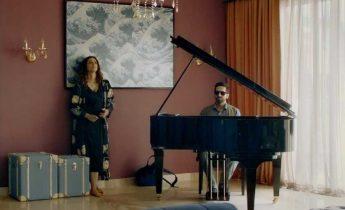 Image montre le pianiste malvoyant et l'actrice